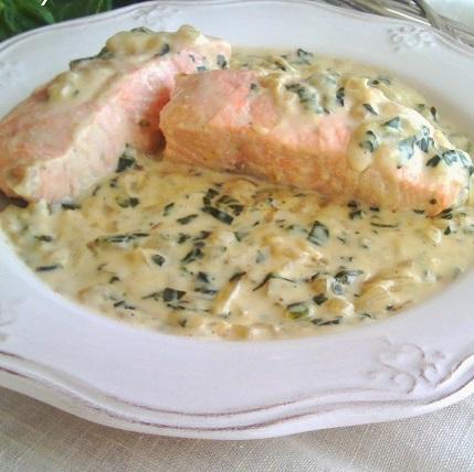 Salmón con crema de espinaca y queso